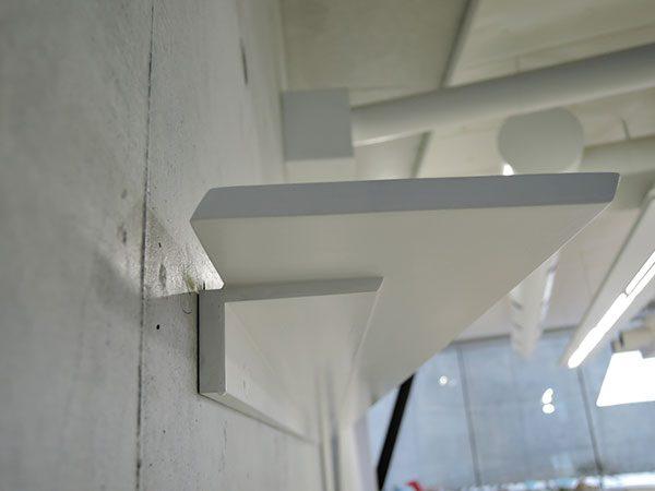 長岡造形大学第3アトリエ棟12|壁面展示レールは窓と同じモチーフ