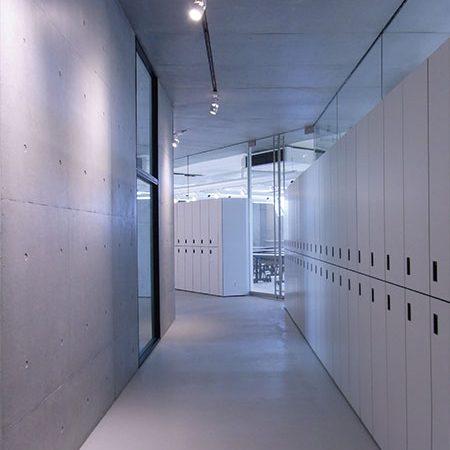 長岡造形大学第3アトリエ棟4|アトリエ内部が見え隠れ