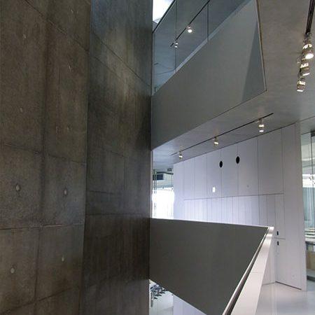 長岡造形大学第3アトリエ棟5|アトリエ内部が見え隠れ