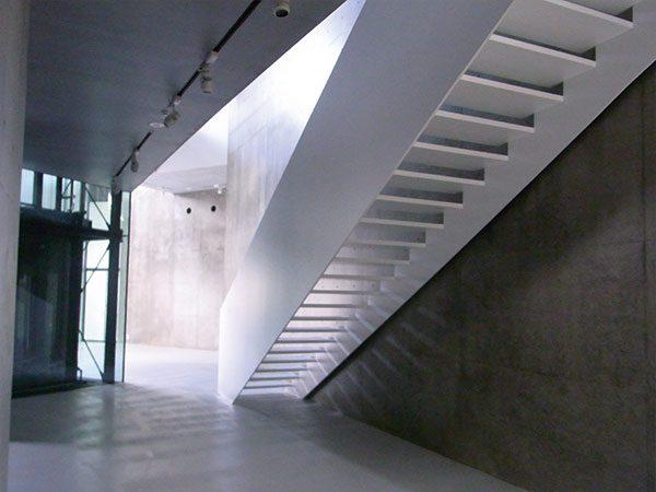 長岡造形大学第3アトリエ棟8|光を通す階段